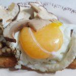 Crostone con porcini e uovo